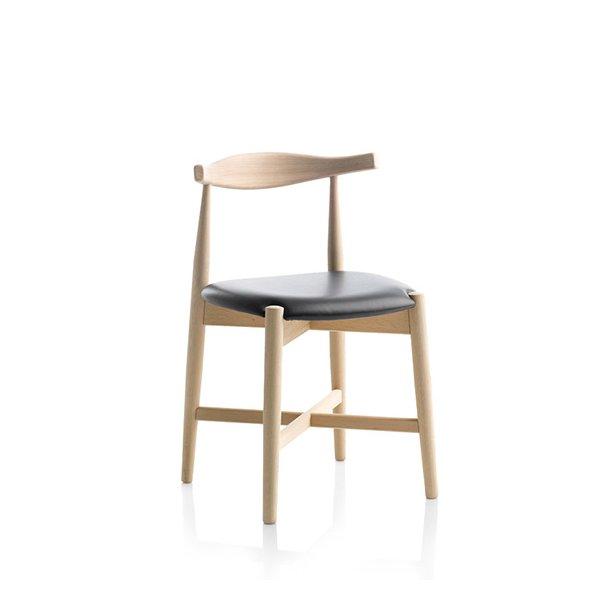 Findahls Dora armstol med med sort læder på sæde og eg sæbe