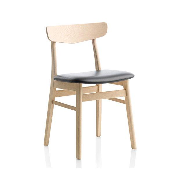 Findahls Mosbøl stol med sort læder på sæde og stel i eg sæbe