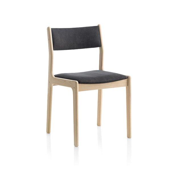 Findahls Nybøl stol med sort læder på sæde og stel i eg sæbe